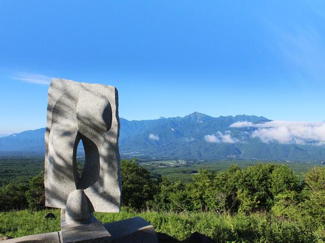 南アルプスと富士見高原彫刻の森