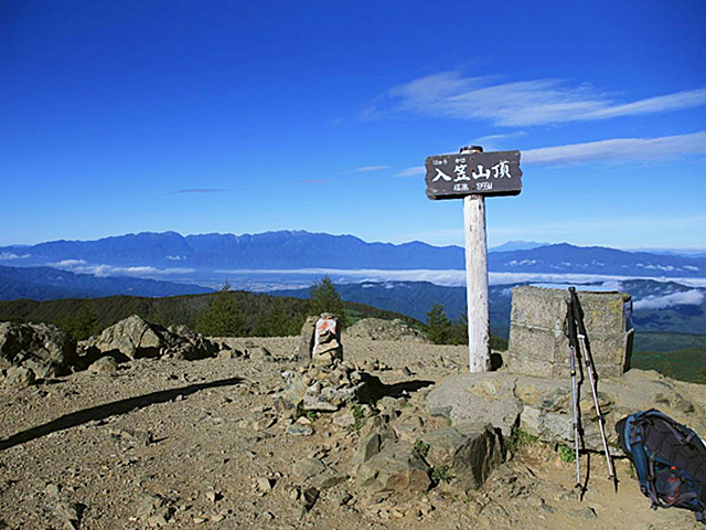 入笠山山頂と八ヶ岳連峰